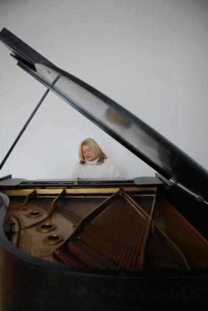 Singer-songwriter Kara Johnstad, photo by Linda Gavin