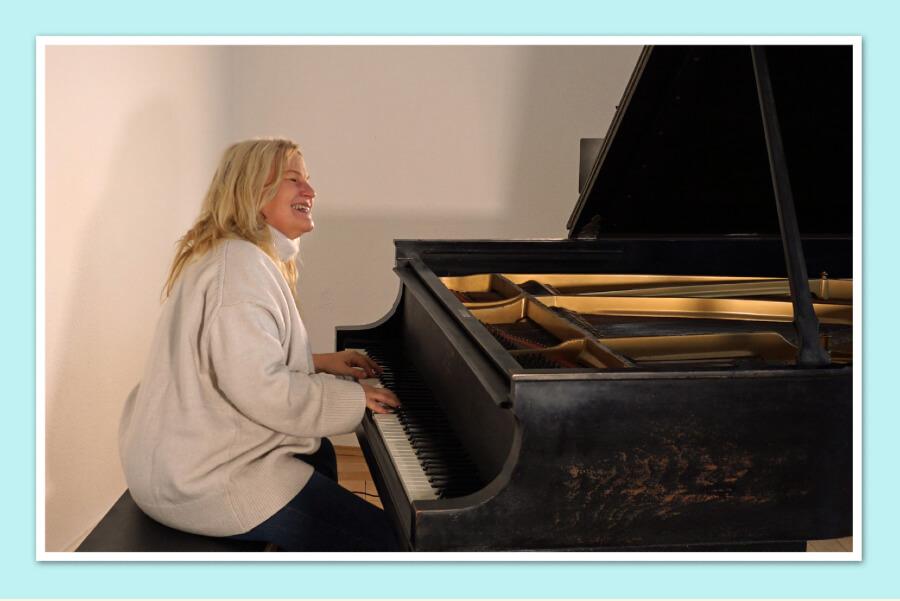 Kara Johnstad on the grand piano. Photo by Katharina Menzel